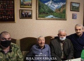 Росгвардейцы снова навестили ветерана ВОВ Ивана Селезнева