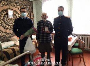 Ветеран ВОВ в Алагире получил подарки от СКР